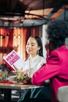 Over het vinden van liefde alleenstaande donkerharige succesvolle zakenvrouw leest boek over het vinden van liefde