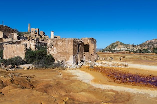 Overblijfselen van de constructies die deel uitmaakten van de mazarrãn-mijn, murcia, nu een woestijngebied