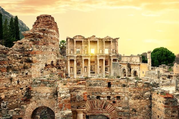Overblijfselen van de oude stad efeze en de bibliotheek van celsus bij zonsondergang. kalkoen