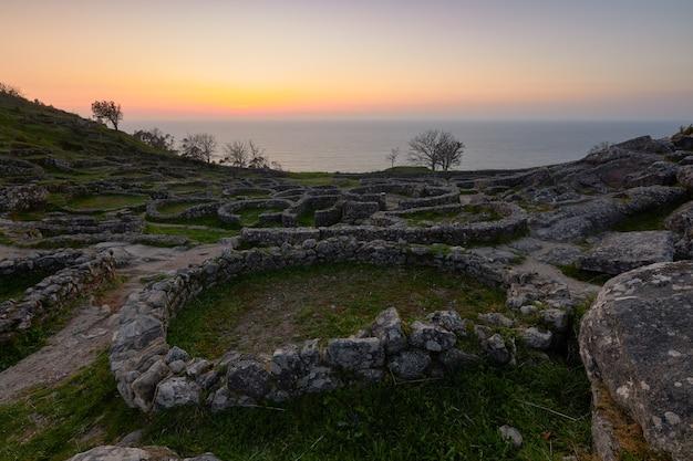Overblijfselen van een oud galicisch fort op de berg santa tegra, in de gemeente galicië, spanje.
