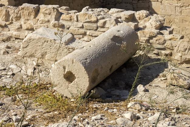 Overblijfselen van een ronde zuil op de ruïnes van een oude stad