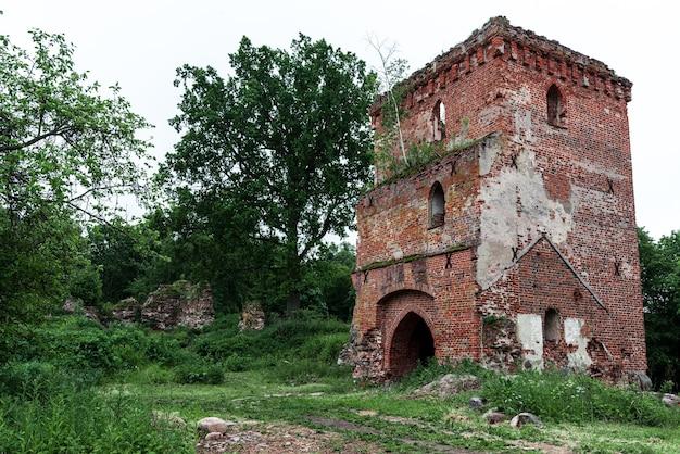 Overblijfselen van een vierkante bakstenen toren van het kasteel