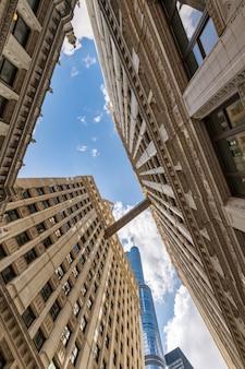 Overdag gebouwen in de lucht van de stad chicago