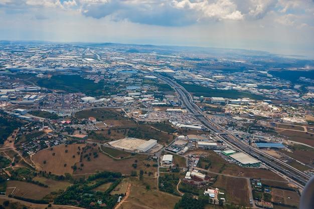 Overdag uitzicht vanuit een vliegtuig dat opstijgt vanaf de luchthaven van istanbul.