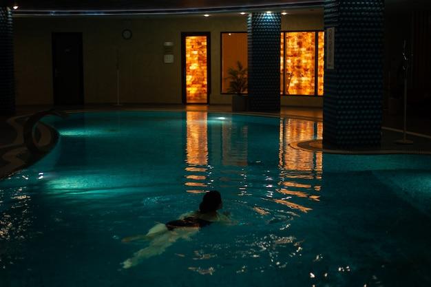 Overdekt zwembad in de spa ontspannen dim licht