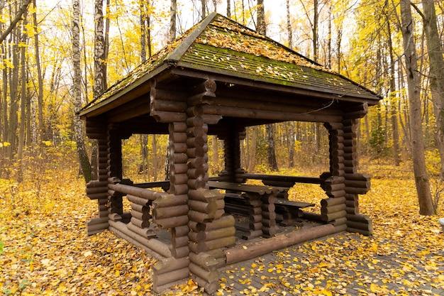 Overdekte zithoek. tuinhuisjes, tuinhuisjes in parken en tuinen, ontspan en kom tot rust. houten tuinhuisje in het park