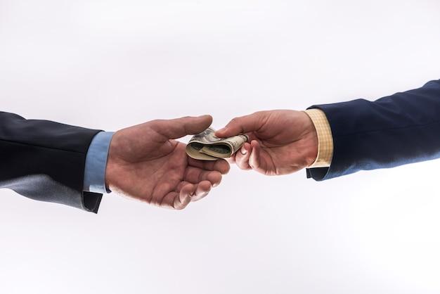 Overdracht van geld tussen twee zakenlieden