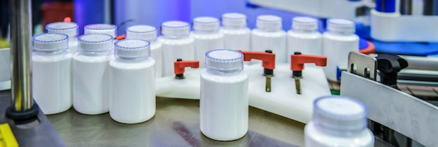 Overdracht van medische plastic flessen aan de kant van de industriële banner van geautomatiseerde transportsystemen