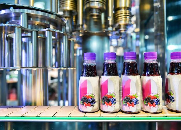 Overdracht van plastic flessen op geautomatiseerde transportsystemen industriële automatisering voor pakket