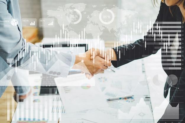 Overeenkomst bedrijfshanddruk van twee zakenman handen schudden. conceptbeeld voor samenwerking en teamwork.