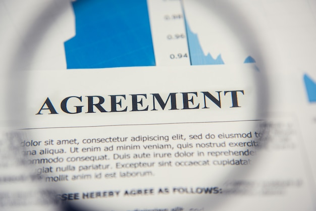 Overeenkomst papier kijkt door vergrootglas