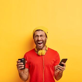 Overemotief positieve man lacht om grappige inhoudspublicatie