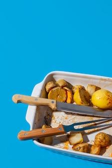 Overgebleven gebakken voedsel in de hoge weergave van het dienblad