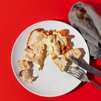 Overgebleven kip en brood bovenaanzicht