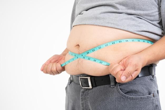 Overgewicht man maakt gebruik van een meetlint