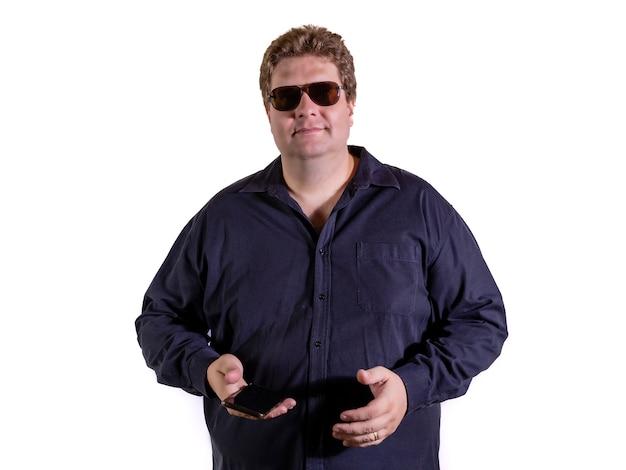 Overgewicht man met een zwart shirt met zonnebril