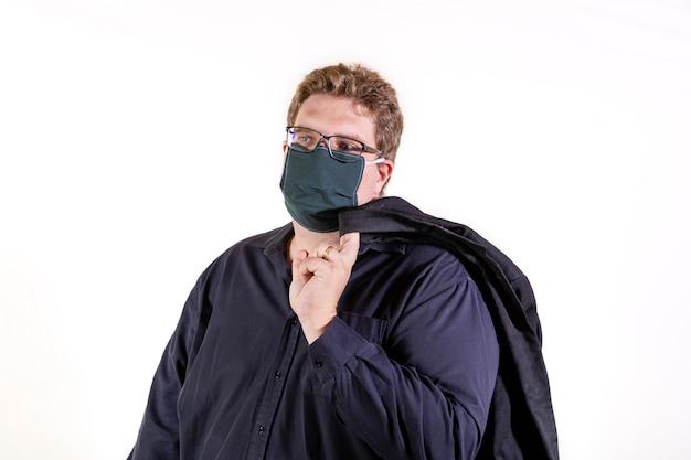 Overgewicht man met een zwart shirt