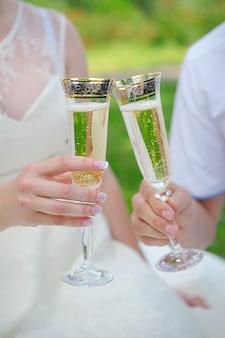 Overhandig de bruid en bruidegom met glazen champagne