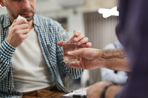 Overhandigen glas water