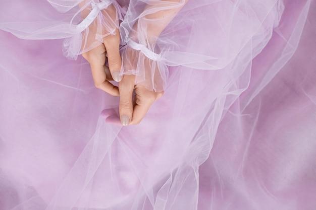Overhandigt een roze elegante jurk pose.