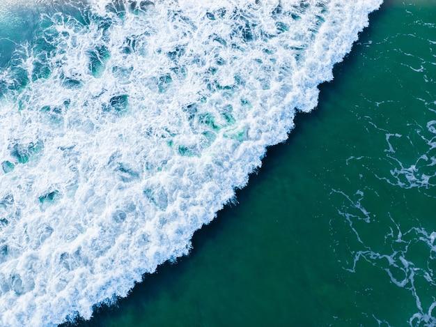 Overhead luchtfoto van een golvende blauwe zee