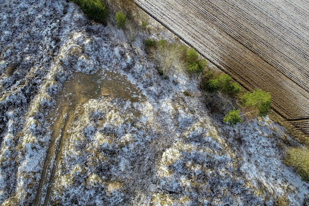 Overhead schot van een landbouwgebied met druppels sneeuw op het platteland