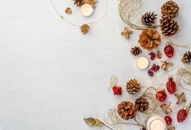 Overhead schot van een rustieke kleurrijke kerst-decors op witte houten tafel met ruimte voor uw tekst