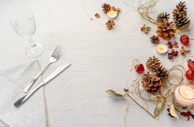 Overhead schot van een rustieke kleurrijke kerst eettafel met decors en ruimte voor tekst