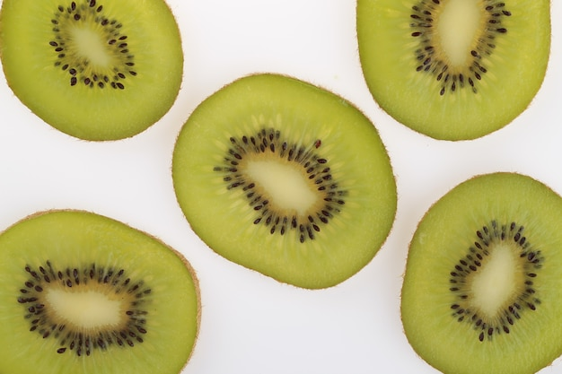 Overhead schot van gesneden kiwi's