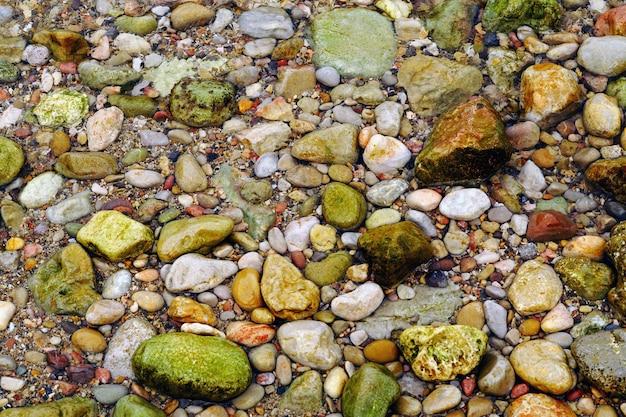 Overhead schot van het strand vol met gekleurde stenen