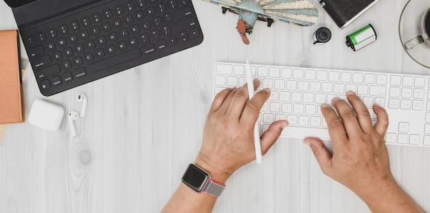 Overhead schot van man te typen op het toetsenbord