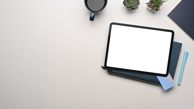 Overhead schot van mock-up digitale tablet met leeg scherm op whitetable. leeg scherm voor tekstbericht of informatie-inhoud.