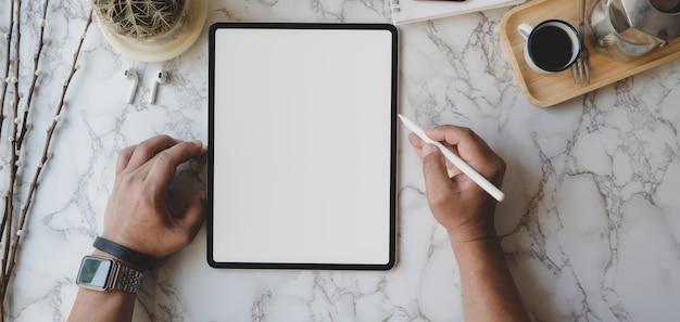 Overhead schot van stijlvolle werkruimte met leeg scherm tablet en kantoorbenodigdheden op marmeren bureau