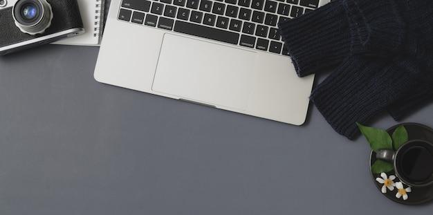 Overhead schot van winter werkruimte met laptop en kantoorbenodigdheden