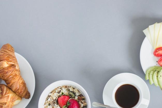 Overhead uitzicht op gezond ontbijt met koffie