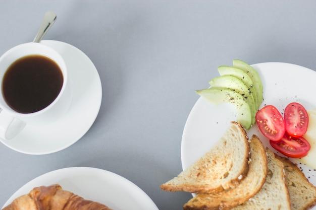 Overhead uitzicht op koffie en ontbijtplaten