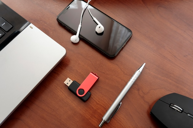 Overhead van kantoor tafel met laptop, muis, smartphone, usb. de hulpmiddelen van het bureaubureau tonen uitstekende toon met exemplaarruimte.