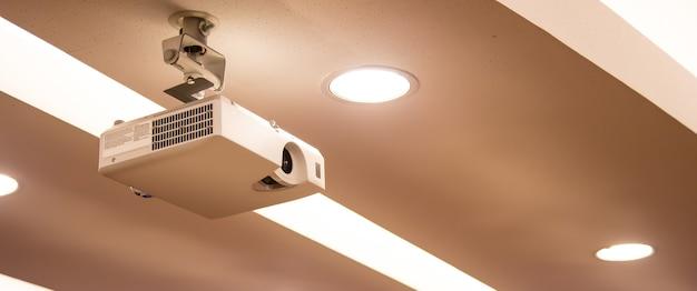 Overheadprojector gemonteerd aan het plafond van de vergaderruimte.