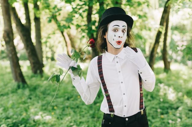 Overheerlijke mime in een park
