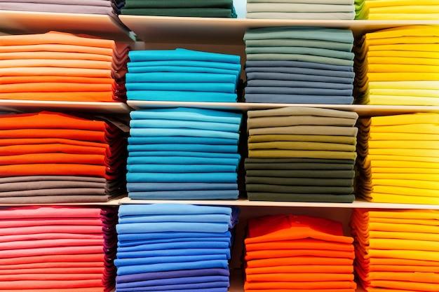 Overhemden gevouwen en gesorteerd op kleurbereik. marktplaats