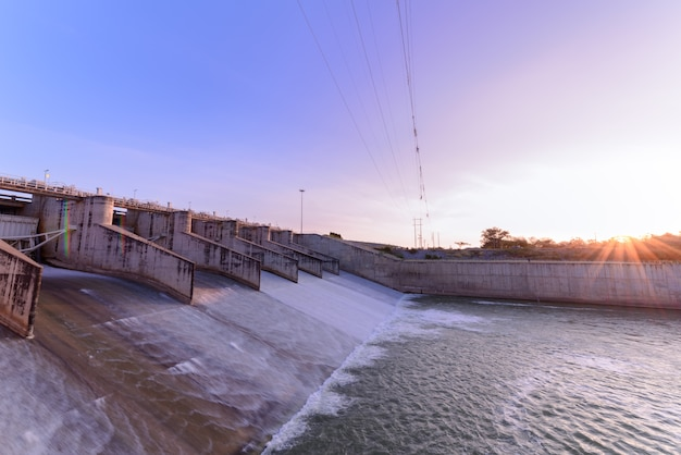 Overlaat van de dampoort op de ochtend, het pa sak cholasit dam project is een van de belangrijkste irrigatieprojecten
