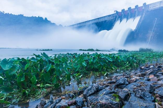 Overlaat voor afvoer van de dam om overstroming te voorkomen