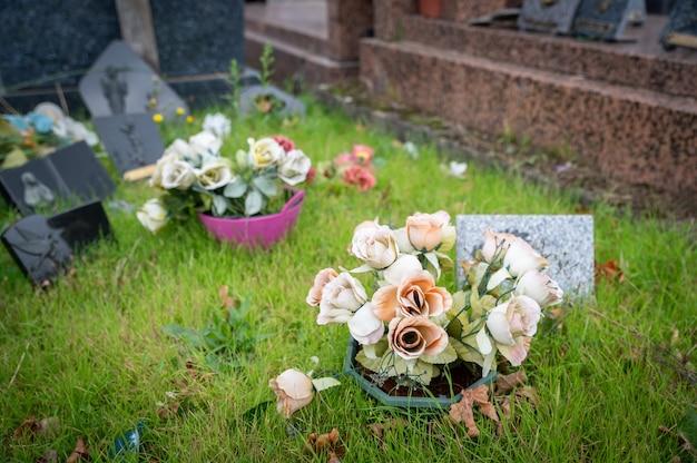 Overladen begraafplaats met veelkleurige bloemen