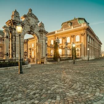 Overladen poorten in buda castle in boedapest vroege ochtend