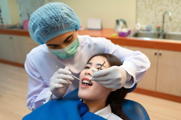 Overleg met de tandarts over orthodontie.