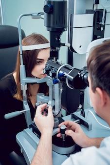 Overleg met een oogarts. medische apparatuur. coreometrie.