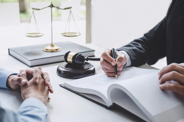 Overleg met mannelijke advocaten en zakenvrouw werken en discussie bij advocatenkantoor