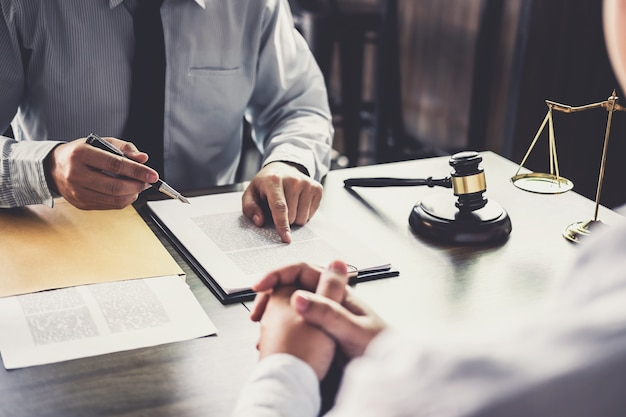 Overleg tussen een zakenman en mannelijke advocaat of rechter raadpleegt een teamvergadering wi