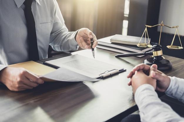 Overleg tussen een zakenman en mannelijke advocaat of rechter raadpleegt een teamvergadering