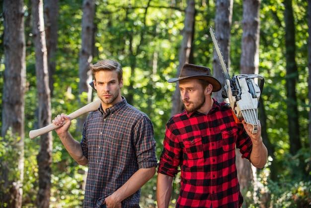 Overleven in de wilde natuur. mens en natuur. mannen wandelen in het bos. stropers in het bos. ontbossing. boswachter of stroper. man boswachter gebruik zaag en bijl. zoek brandhout voor picknickkampvuur. kom met mij mee.